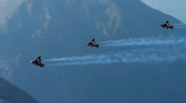 """""""Bộ cánh"""" đặc biệt của Yves Rossy phát minh có thể giúp con người bay lượn như chim."""
