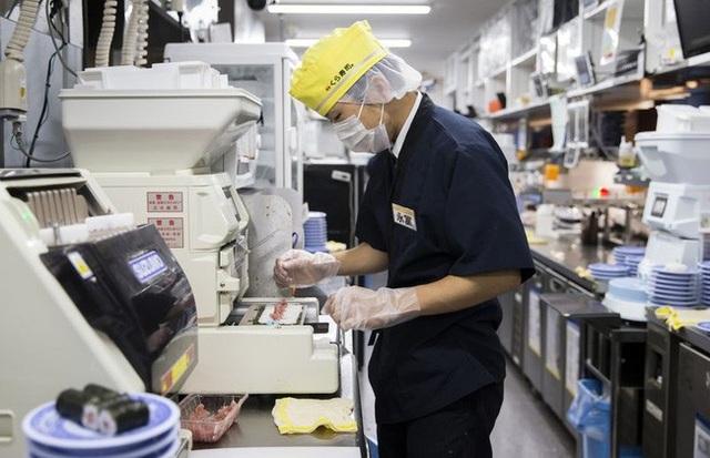 Nhân viên Kura chế biến sushi trong bếp nhà hàng.