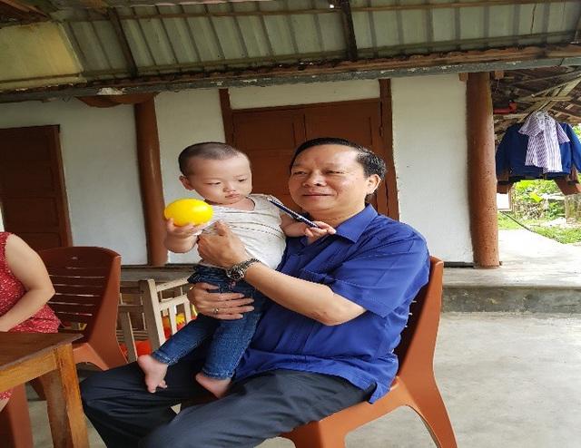Thầy Nguyễn Xuân Yêm thăm cháu Trần Gấu (con của Thiếu úy Đậu Thị Huyền Trâm) tại gia đình ngày 22/04/2018.