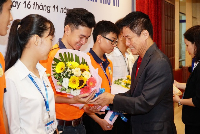 Ông Nguyễn Quốc Kỳ - Tổng Giám đốc Vietravel chúc mừng và trao học bổng cho các bạn sinh viên