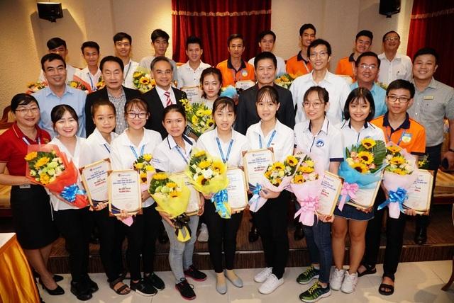 """Khởi xướng từ năm 2011 đến nay, Quỹ học bổng """"Đồng hành cùng tài năng Việt"""" đã trở thành người bạn đồng hành của các sinh viên nghèo, vượt khó học giỏi trên khắp cả nước."""