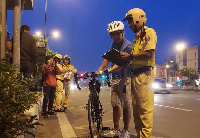 Cảnh sát giao thông tiến hành nhắc nhở người đi xe đạp thể thao vi phạm