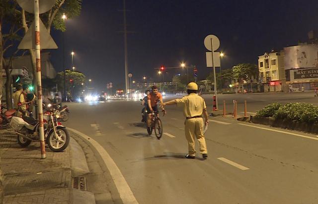 CSGT dừng 1 người đi xe đạp vượt đèn đỏ trên tuyến Phạm Văn Đồng