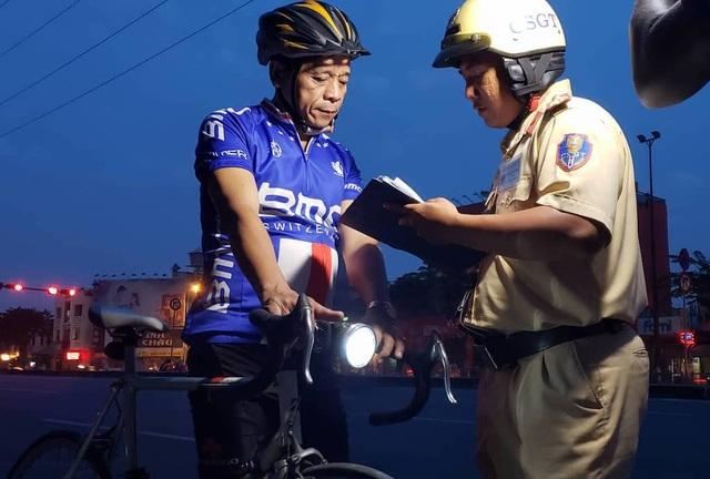 CSGT ra quân xử lý xe đạp thể thao chạy vào làn đường ô tô - 2