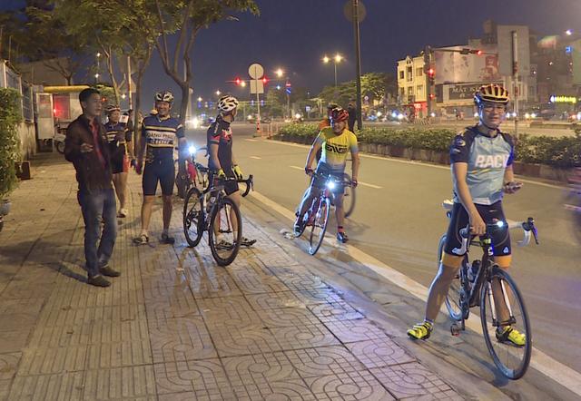 CSGT ra quân xử lý xe đạp thể thao chạy vào làn đường ô tô - 4