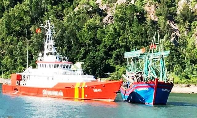 Chiếc tàu cá gặp nạn được lai dắt vào bờ an toàn.