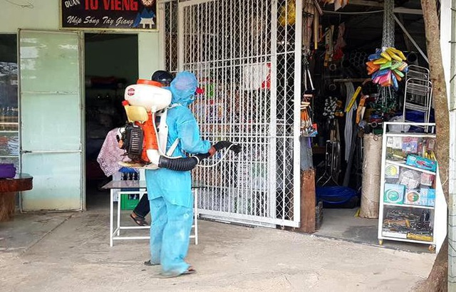 Phun hóa chất phòng trừ muỗi gây bệnh SXH ở huyện miền núi Tây Giang