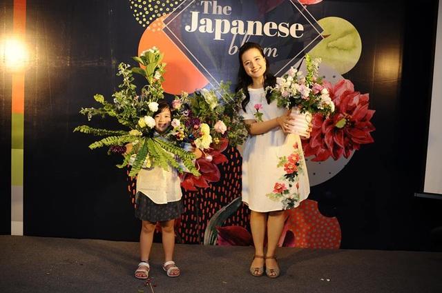 Minh Trang tự tin khoe tác phẩm hoàn thiện và nói, cô sẽ trang hoàng nhà cửa trong dịp giáng sinh tới bằng các bình hoa do chính cô tự thiết kế, tạo dáng.