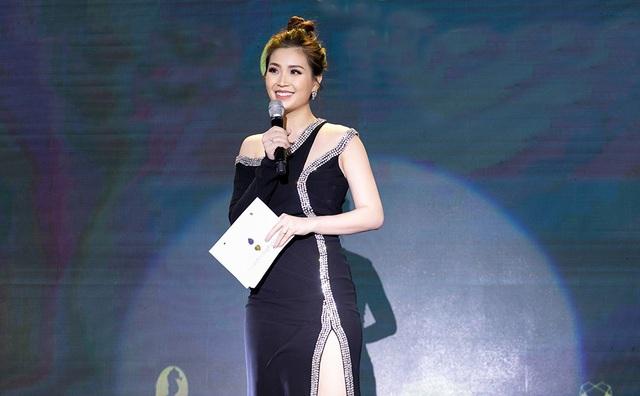 Á hậu Diễm Trang đảm nhận vai trò MC với cây đen đính đá tạo điểm nhấn