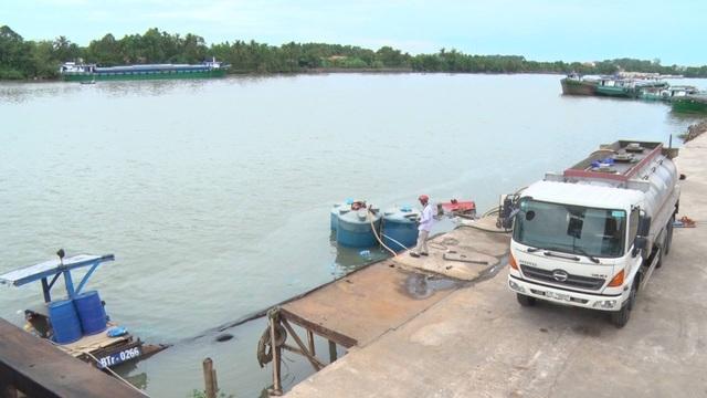 Xe bồn được điều tới hiện trường để hút hóa chất từ các thùng chứa bị chìm dưới sông lên bờ