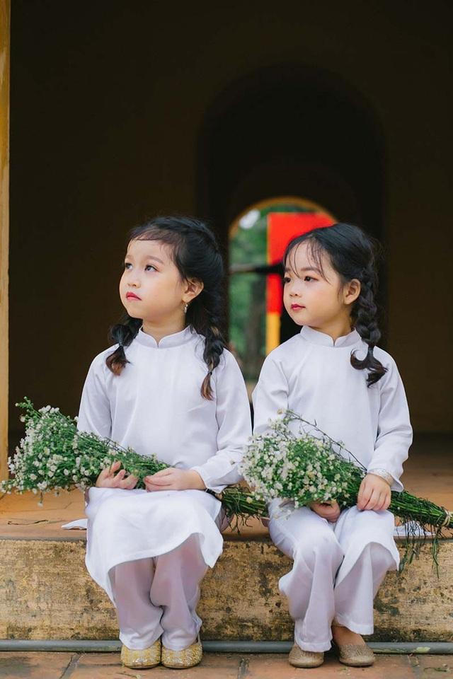 Những khoảnh khắc đầy cảm xúc trong tiết trời cuối thu chắc chắn sẽ trở thành kỷ niệm đẹp đối với cả hai bé.