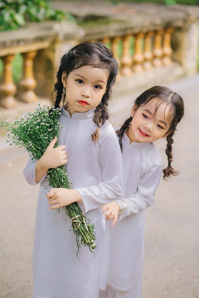 Trong trang phục áo dài trắng, hai thiên thần nhí khiến người đối diện không thể nào không yêu. Các bé bên những bó cúc họa mi thuần khiết, vui đùa và chuyện trò như những người bạn. Thủy Minh lúc nào cũng tỏ ra là một cô chị biết quan tâm và chăm sóc Thủy Tiên.