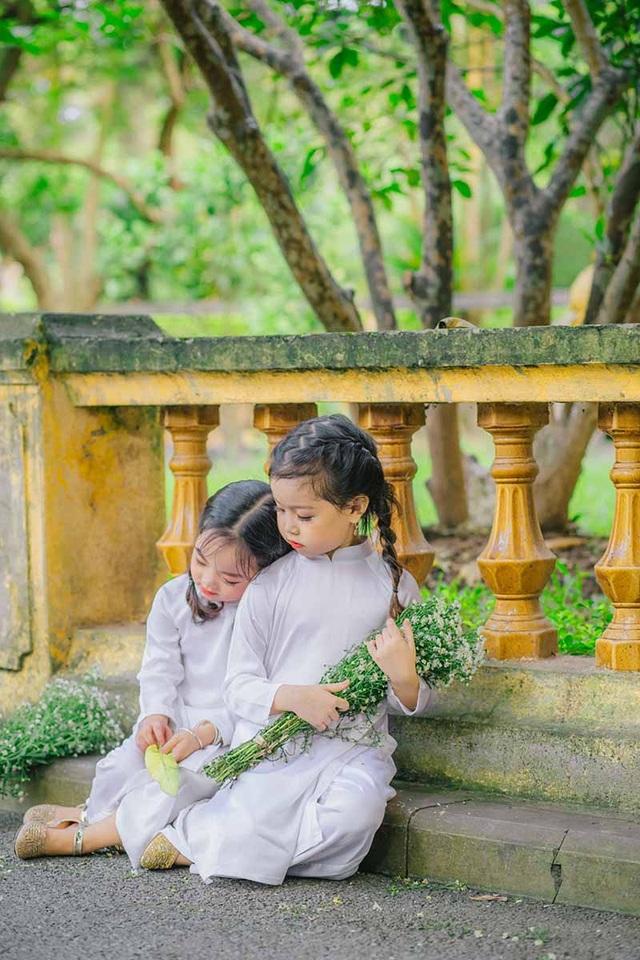 """Hai bé vốn cạnh nhà nhau, lại học chung lớp năng khiếu nên vô cùng thân thiết và gắn bó. Chị Mai Hoàng (Phụ huynh bé Thủy Tiên) cho biết: """"Các con rất hợp tính nhau, đi đâu cũng tíu tít chuyện trò. Hai đứa sôi nổi, hòa động, đôi khi cũng nghịch ngợm nữa, gia đình luôn hướng các con phát triển một cách tự nhiên nhất. Chỉ mong thấy các con trưởng thành từng ngày, vui vẻ và hạnh phúc như vậy là được rồi""""."""