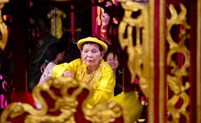 Cụ bà Hầu Đồng tôn kính ngài Hoàng Mười. Ảnh: Nguyễn Lăng.