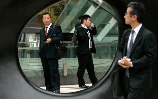 Người Nhật ăn mặc chỉn chu hơn khi đi làm. Ảnh: Reuters