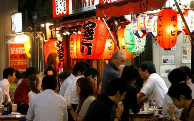 Người Nhật thích tổ chức ăn uống sau tan làm. Ảnh: Reuters