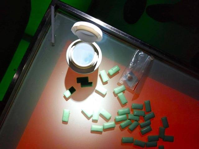 Một viên nén nghi ma tuý được bỏ trong hộp kẹo cao su