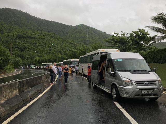 Hàng trăm phương tiện và du khách bị ảnh hưởng do đèo Cù Hin bị sạt lở, chia cắt kéo dài