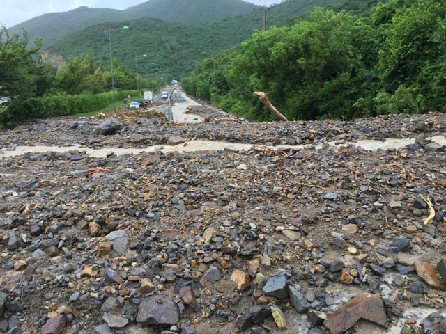 Giao thông bị tê liệt trên đường Nha Trang đi sân bay Cam Ranh và ngược lại do mưa lũ, sạt lở