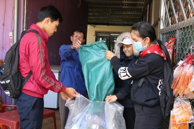 Một người dân ủng hộ chương trình bằng số ve chai của nhà tự gom góp