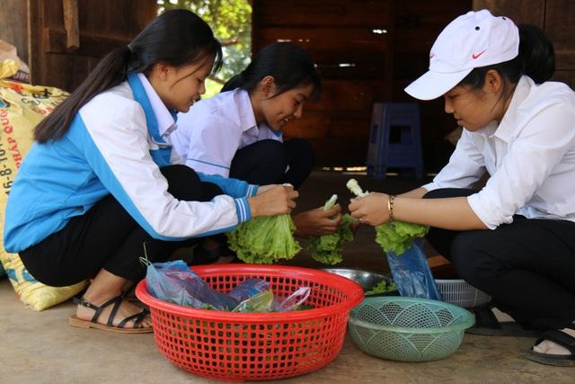 Những bữa trưa cho học sinh được hình thành từ việc nhặt ve chai, phế liệu