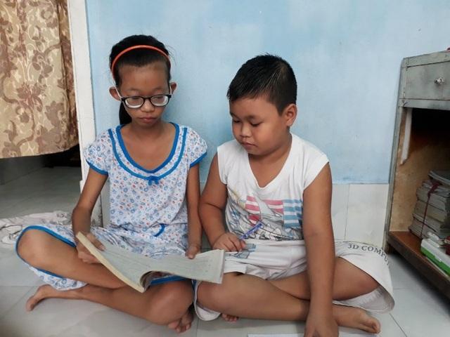 Hai con của anh Hậu cháu Ngô Phương Trang đang bị loạn thị nặng, suy dinh dưỡng nặng. Còn cháu Danh bi thiếu máu huyết tán di truyền từ cha