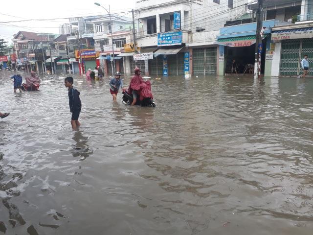 Mưa lớn khiến nhiều đường phố ở Nha Trang bị ngập lụt cục bộ sáng 18/11