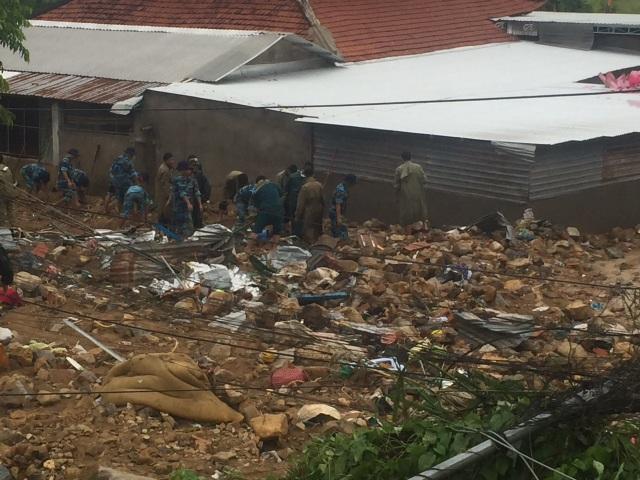 Lực lượng chức năng tìm kiếm nạn nhân mất tích trong vụ lở núi ở xã Phước Đồng, TP Nha Trang