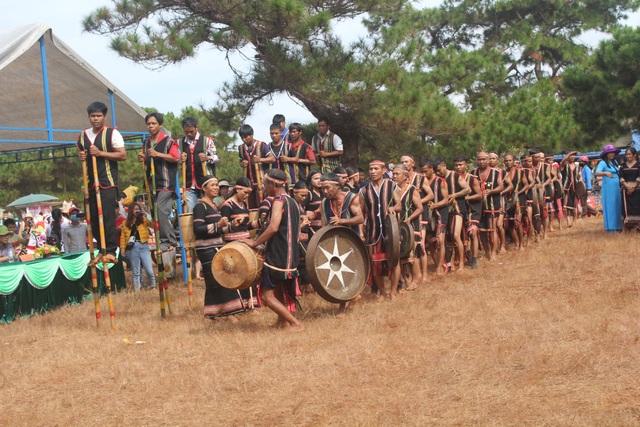 Dân làng Glai cùng nhảy vũ điệu mừng lúa mới trên thảm cỏ hồng