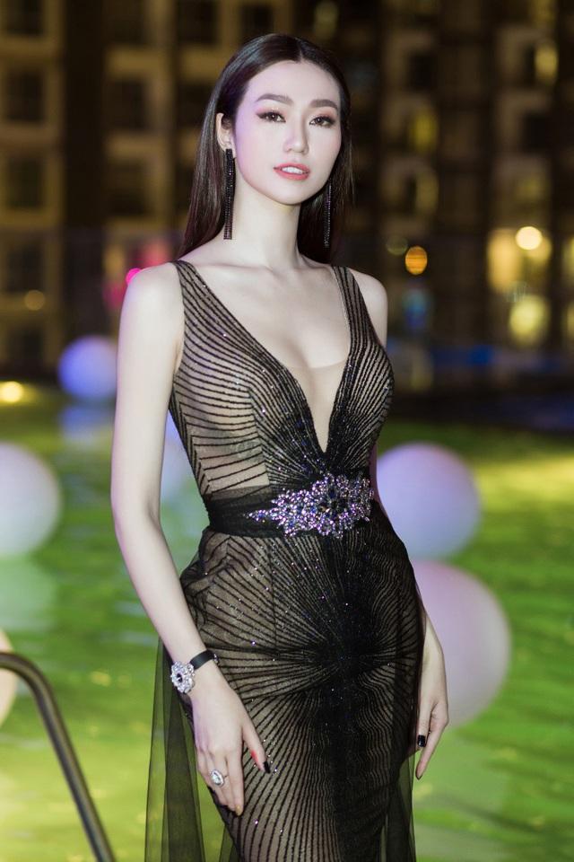 Xuất hiện tại sự kiện, Khánh My cũng gây chú ý khi diện đàm dạ hội xuyên thấu đen với phần cổ xẻ sâu khéo khoe vòng một quyến rũ.