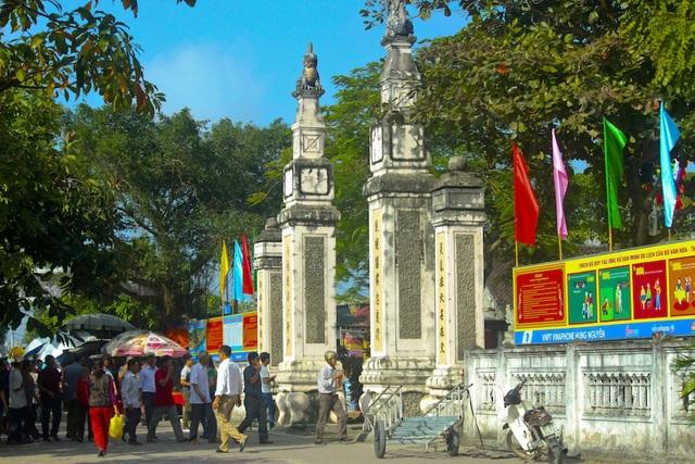 Đền thờ Ông Hoàng Mười tại xóm Xuân An, xã Hưng Thịnh, huyện Hưng Nguyên, tỉnh Nghệ An. Cách Thành phố Vinh khoảng 2 km đường bộ. Ảnh: Nguyễn Lăng