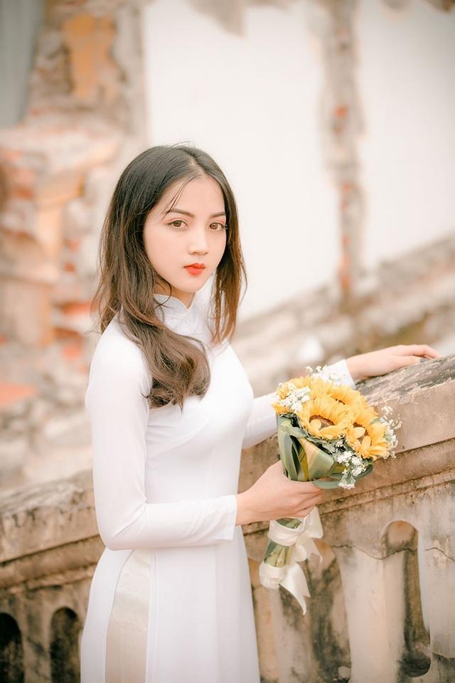 Nguyễn Dung cho biết đây là bộ ảnh kỷ yếu khép lại 4 năm miệt mài nơi giảng đường của cô. Dung xem đây như một kỷ niệm đáng nhớ trong quãng thanh xuân tươi đẹp, lưu giữ những khoảnh khắc này là một cách để cô nâng niu ký ức.