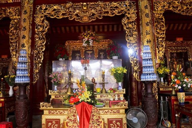 Khung cảnh bên trong Điện Chính của ngồi đến tôn thờ ông Hoàng Mười. Ảnh: Nguyễn Lăng.
