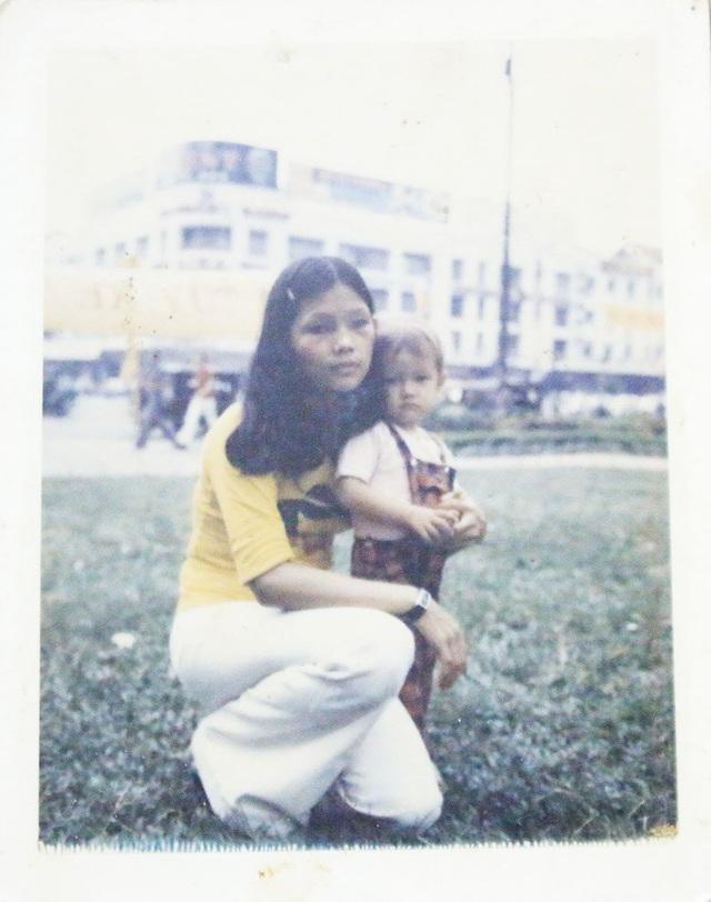 Bà Đẹp chụp ảnh cùng con gái trong lần đi chơi cuối cùng. Ảnh: NVCC