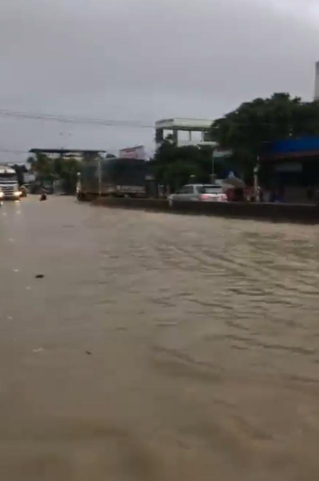 Quốc lộ 1A ở Khánh Hòa ngập cục bộ nhiều nơi do mưa lớn từ đêm qua đến sáng nay (Ảnh: cắt từ clip người dân)
