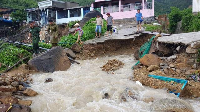 Mưa lũ, sạt lở kinh hoàng ở Nha Trang: 11 người chết, 2 người mất tích - 1