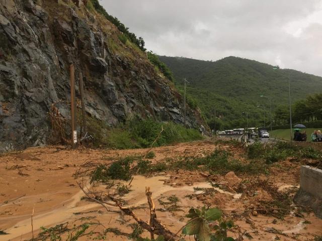 Đường Nha Trang đi sân bay Cam Ranh bị 2000m3 đất đá vùi lấp chưa thể thông tuyến