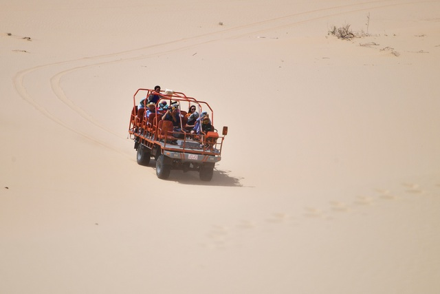 Du khách đi xe lên đồi cát ở Mũi Dinh