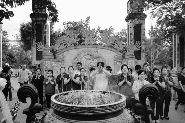 Du khách về với đền ông Hoàng Mười cầu tài, cầu lộc cho bản than và gia đình. Ảnh: Nguyễn Lăng
