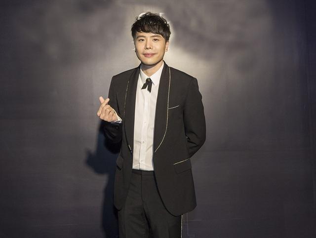 Trịnh Thanh Bình bảnh bao với vest đen, sơ mi trắng khi xuất hiện trong chương trình. Thời gian gần đây nam ca sĩ tiếp tục quay lại với âm nhạc và cả dự án phim điện ảnh mới sau Ông ngoại tuổi 30 nhận được nhiều lời khen từ khán giả.