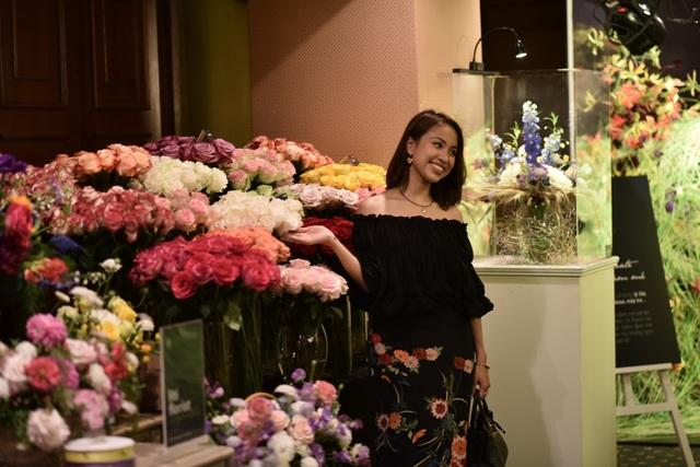 MC Vân Hugo xuất hiện rạng rỡ tại triển lãm hoa Nhật Bản diễn ra ở Hà Nội ngày 17/11 vừa qua. Triển lãm giới thiệu nhiều loại hoa độc và quý hiếm lần đầu ra mắt người yêu hoa Hà thành.