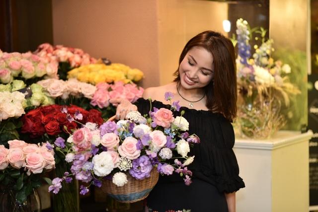 Vân Hugo khoe sắc bên hoa Nhật Bản