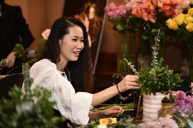 Trước kia, thỉnh thoảng mình cũng cắm hoa nhưng là cắm hoa kiểu đơn giản, không dùng nhiều đến kỹ thuật nhưng hôm nay khi tham dự buổi workshop của Liti thì mình đã hiểu một số kỹ thuật cắm hoa cơ bản.