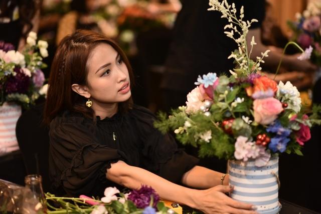 Buổi học cắm hoa của Liti Florist thực sự thú vị và Vân hi vọng khi mang tác phẩm này của mình về nhà trưng bày thì sẽ được con trai khen đẹp