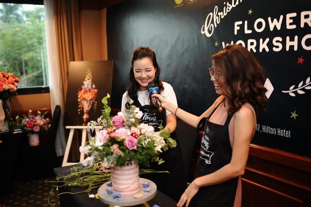 Chị Phượng Nguyễn hướng dẫn cắm hoa cho MC Minh Trang