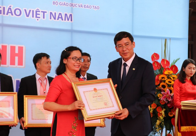 Tại buổi lễ, Thứ trưởng Bộ GD&ĐT Nguyễn Hữu Độ, Chủ tịch Công đoàn Giáo dục Việt Nam Vũ Minh Đức đã trao bằng khen của Bộ trưởng Bộ GD&ĐT cho 183 nhà giáo tiêu biểu toàn quốc năm 2018.
