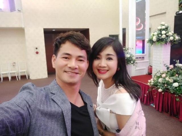 Danh hài Xuân Bắc chụp ảnh selfie đọ độ trẻ trung cùng diễn viên Thu Hà Lá ngọc cành vàng.