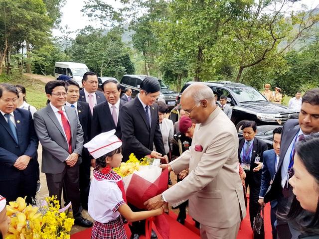 Các em nhỏ tặng hoa cho Tổng thống Ấn Độ