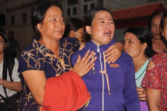 Mặc dù HĐXX đã tuyên phạt bị cáo nhưng mẹ nạn nhân vẫn không khỏi đau đớn, gào khóc tên con.