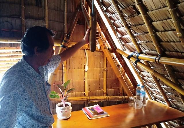 Chiếc đèn để bàn làm việc do thầy Phong thiết kế cũng rất đặc biệt...